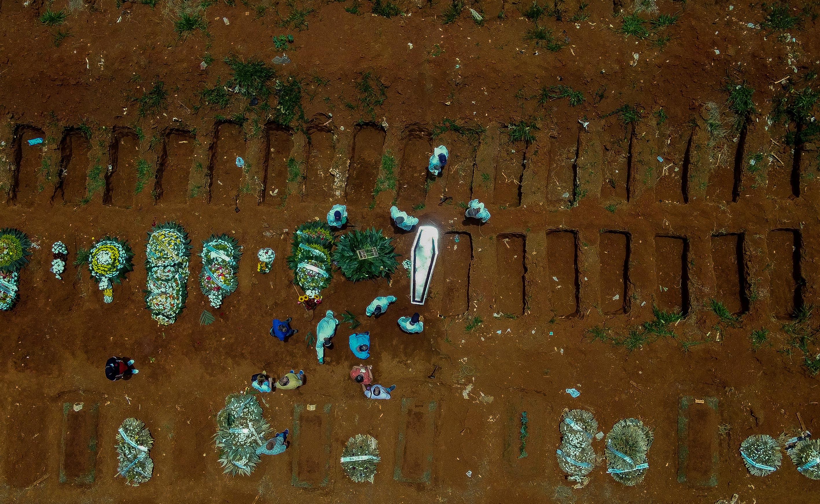Vista aérea do cemitério da Vila Formosa, em São Paulo, durante pandemia de Covi