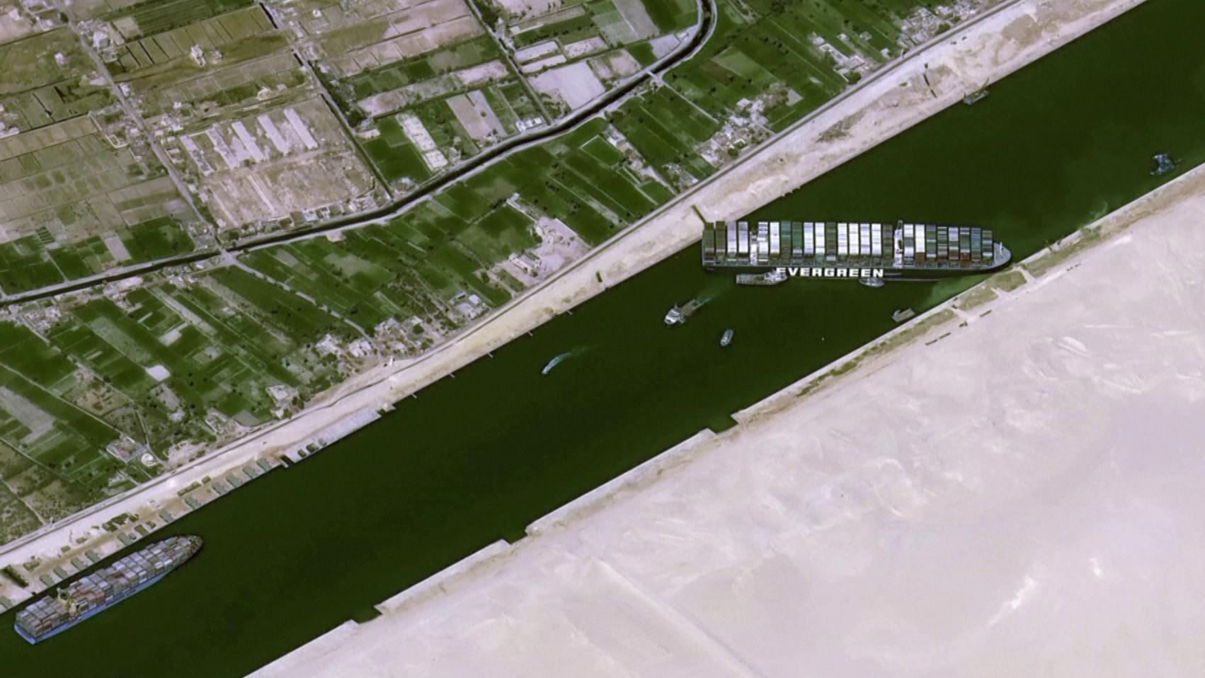 Imagem de satélite do Ever Given, navio encalhado no Canal de Suez