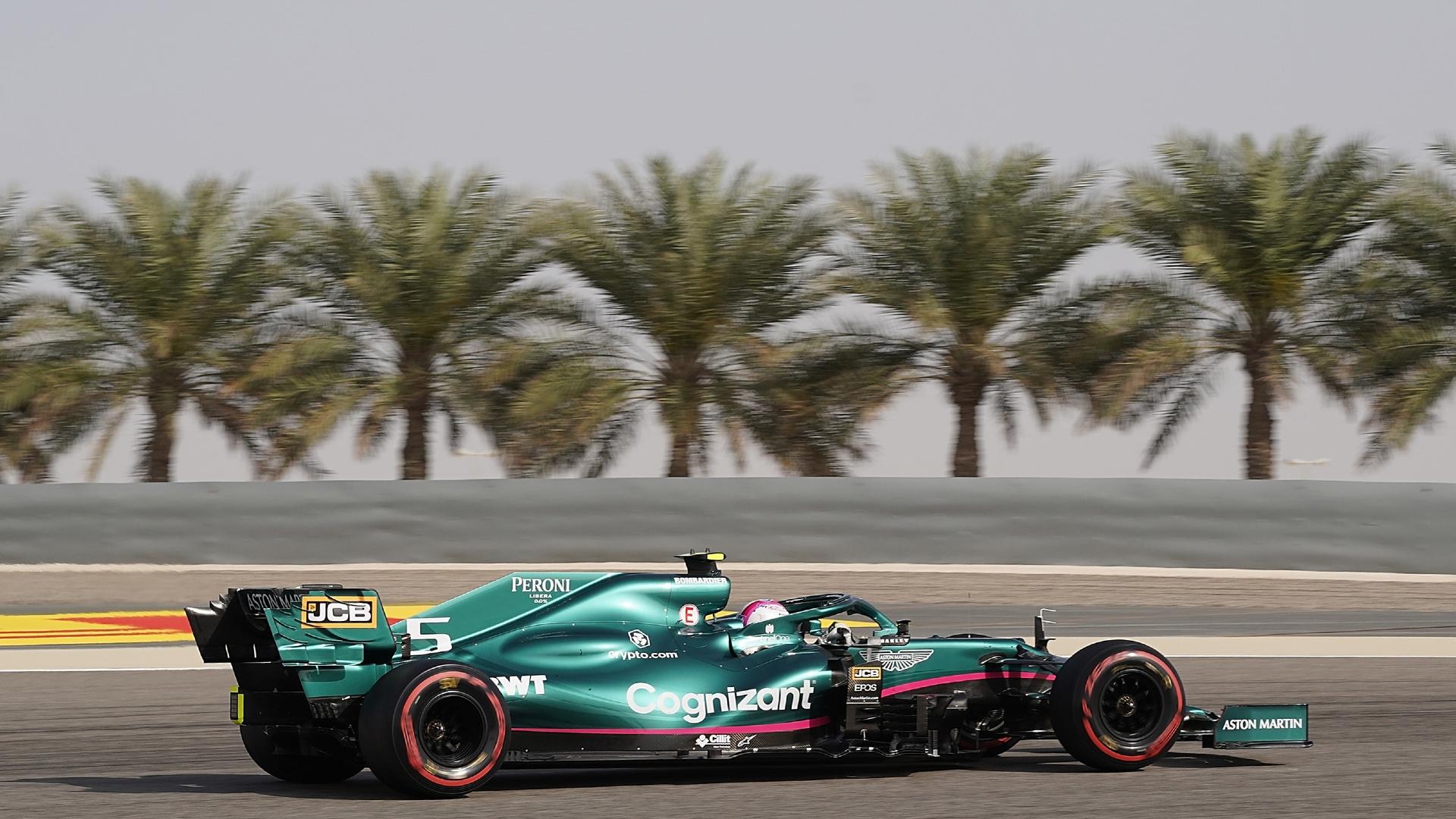 Sebastian Vettel dirige carro da Aston Martin em treino livre do GP do Bahrein