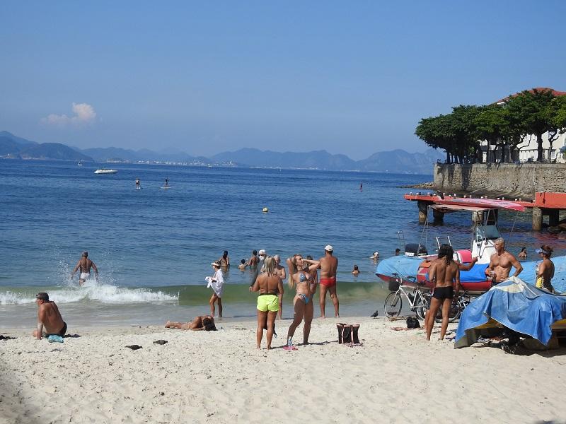 Movimentação de banhistas na orla e na praia de Copacabana, na zona sul do Rio d