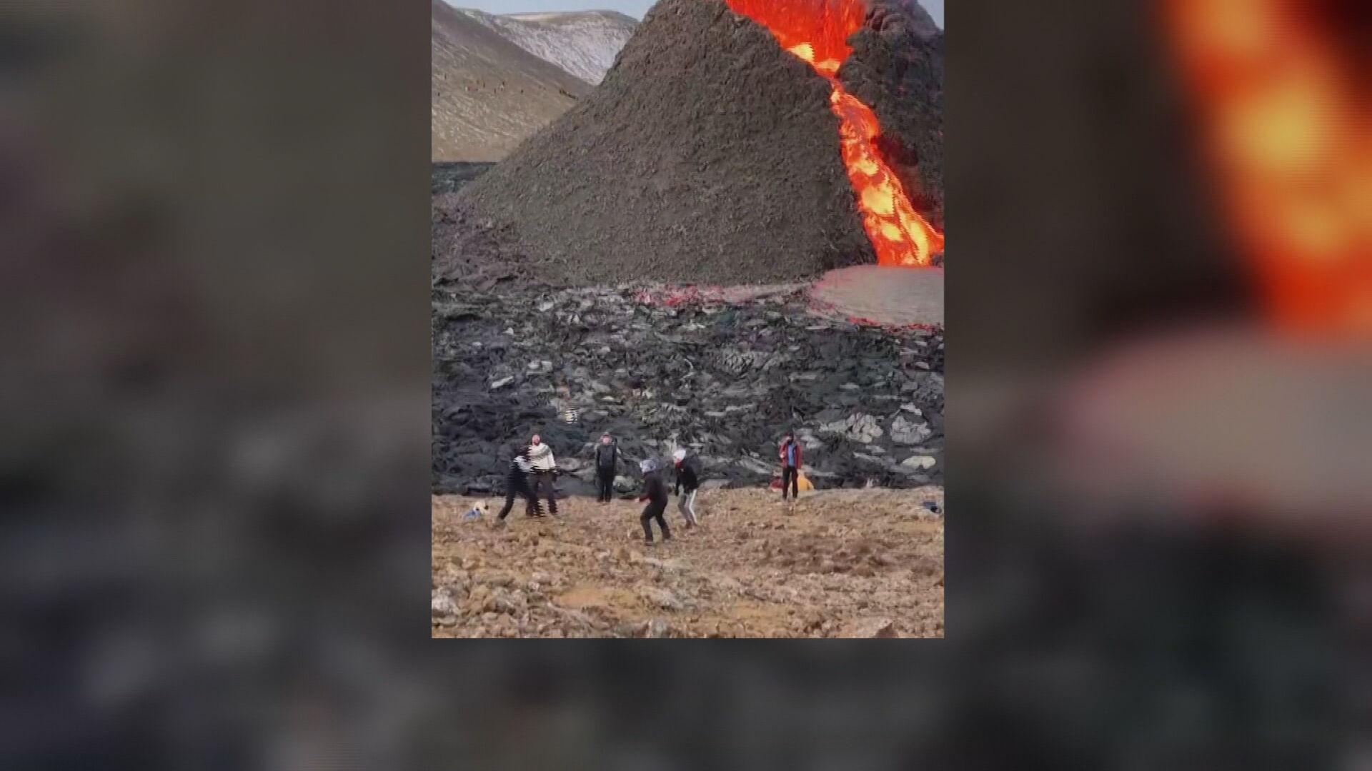 Grupo joga vôlei ao lado de um vulcão ativo na Islândia (29.mar.2021)