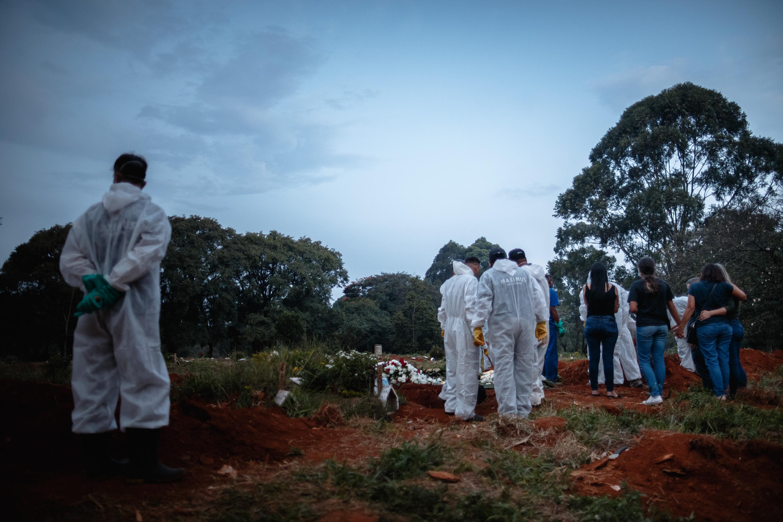 Enterro no cemitério da Vila Formosa, em São Paulo, durante pandemia da Covid-19