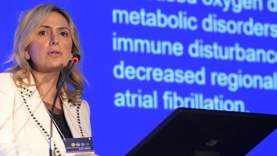 Dra. Ludhmila Abrahão Hajjar durante o simpósio de medicina.