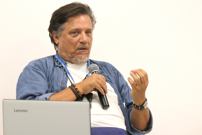 O virologista Paolo Zanotto, em uma palestra na USP.