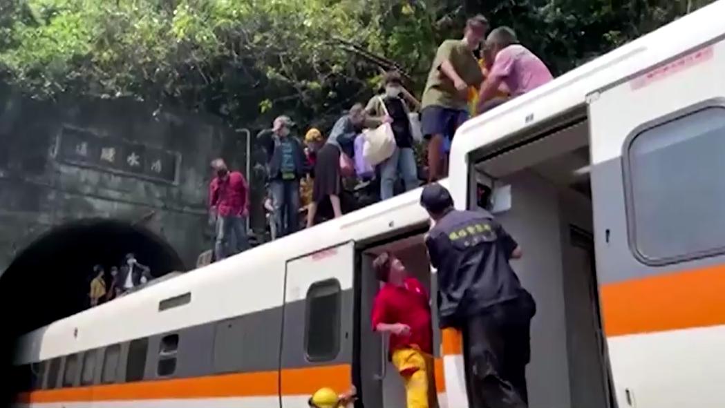 Sobreviventes evacuam trem que saiu dos trilhos em Taiwan