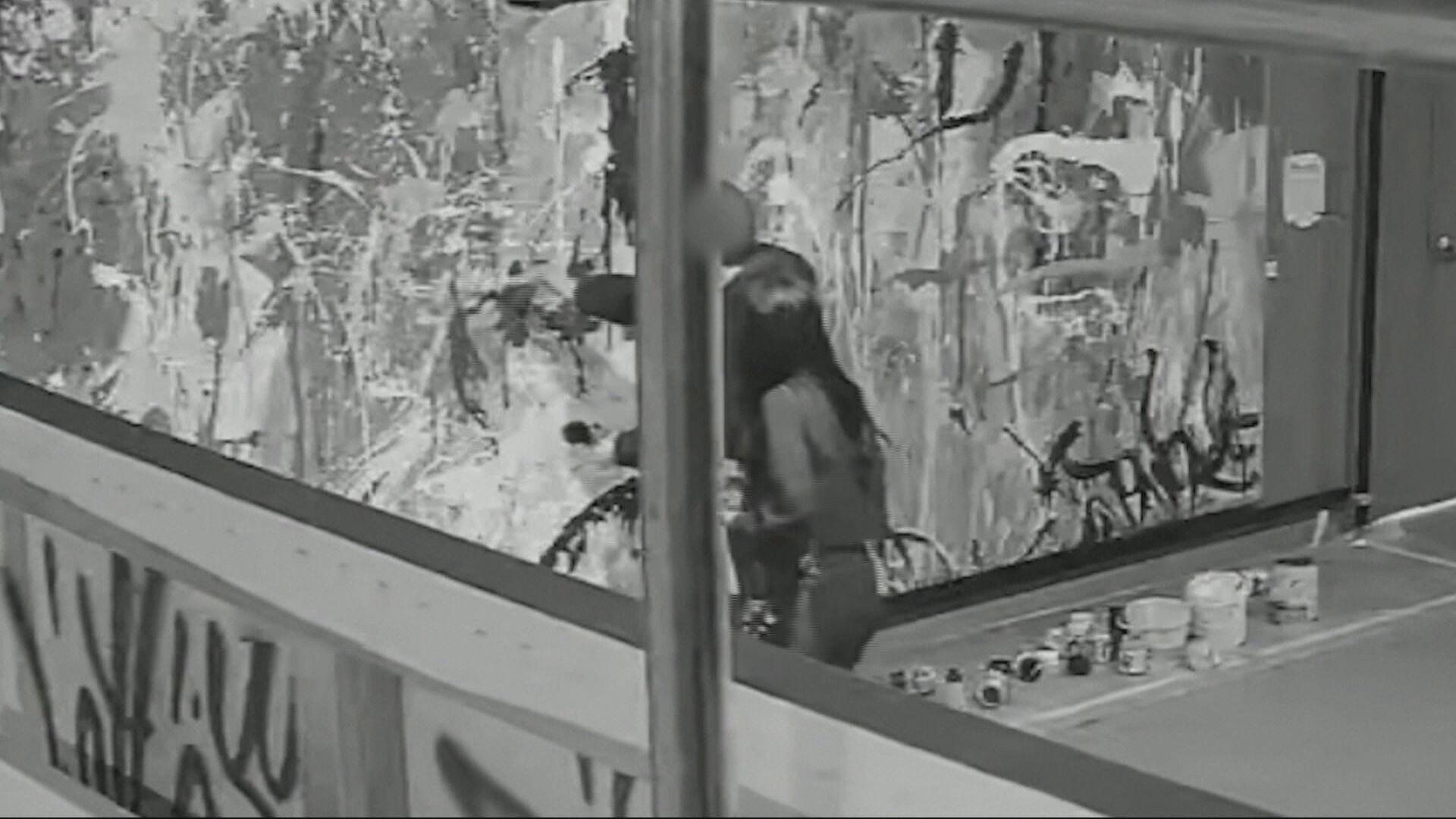 Câmeras flagram momento em que casal joga tinta em quadro que estava em galeria