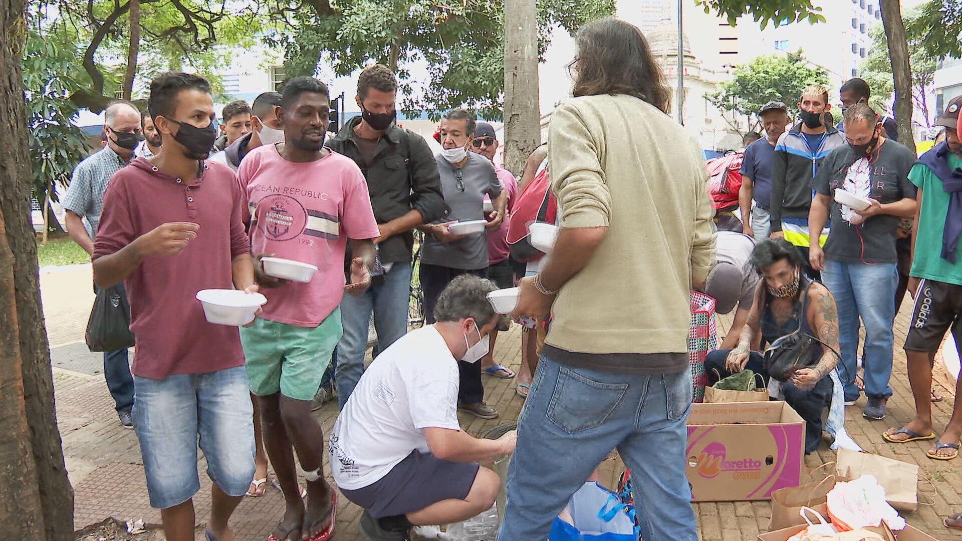 Voluntários se organizam para distribuir refeições em São Paulo (02.abr.2021)