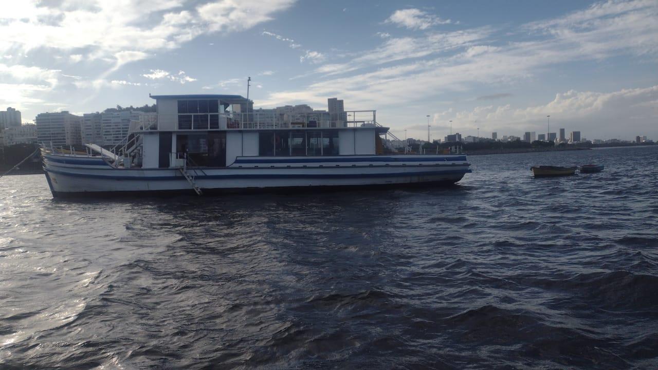 Barco em que festa ilegal foi impedida no Rio
