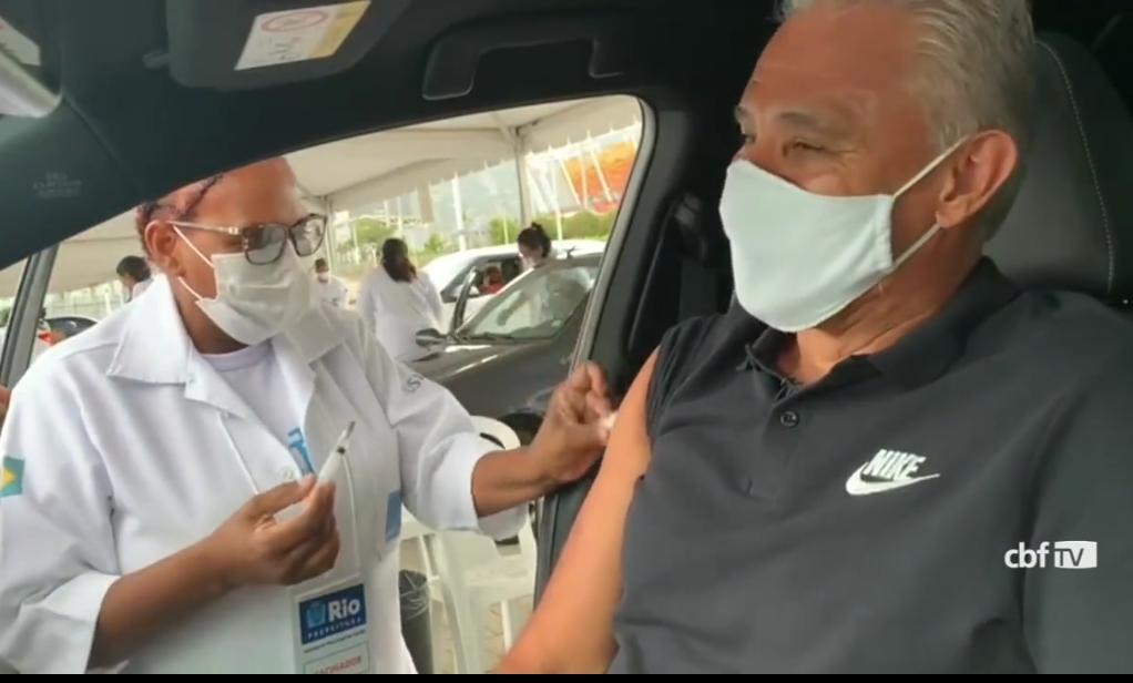 Técnico Tite recebe primeira dose da vacina contra Covid-19