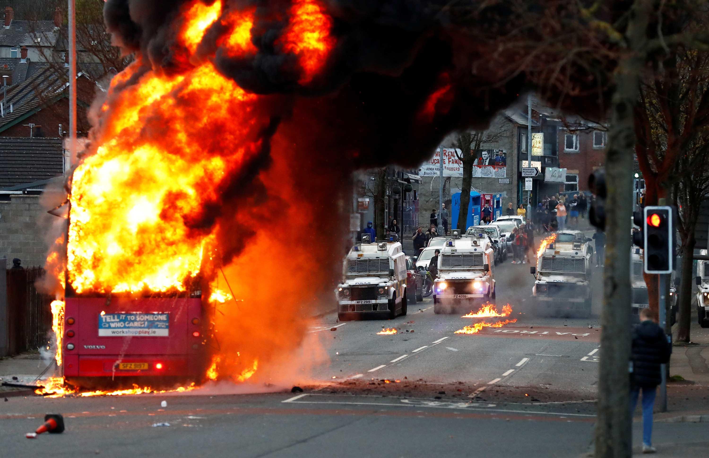 Um ônibus foi incendiado após jovens entraram em confronto com a polícia