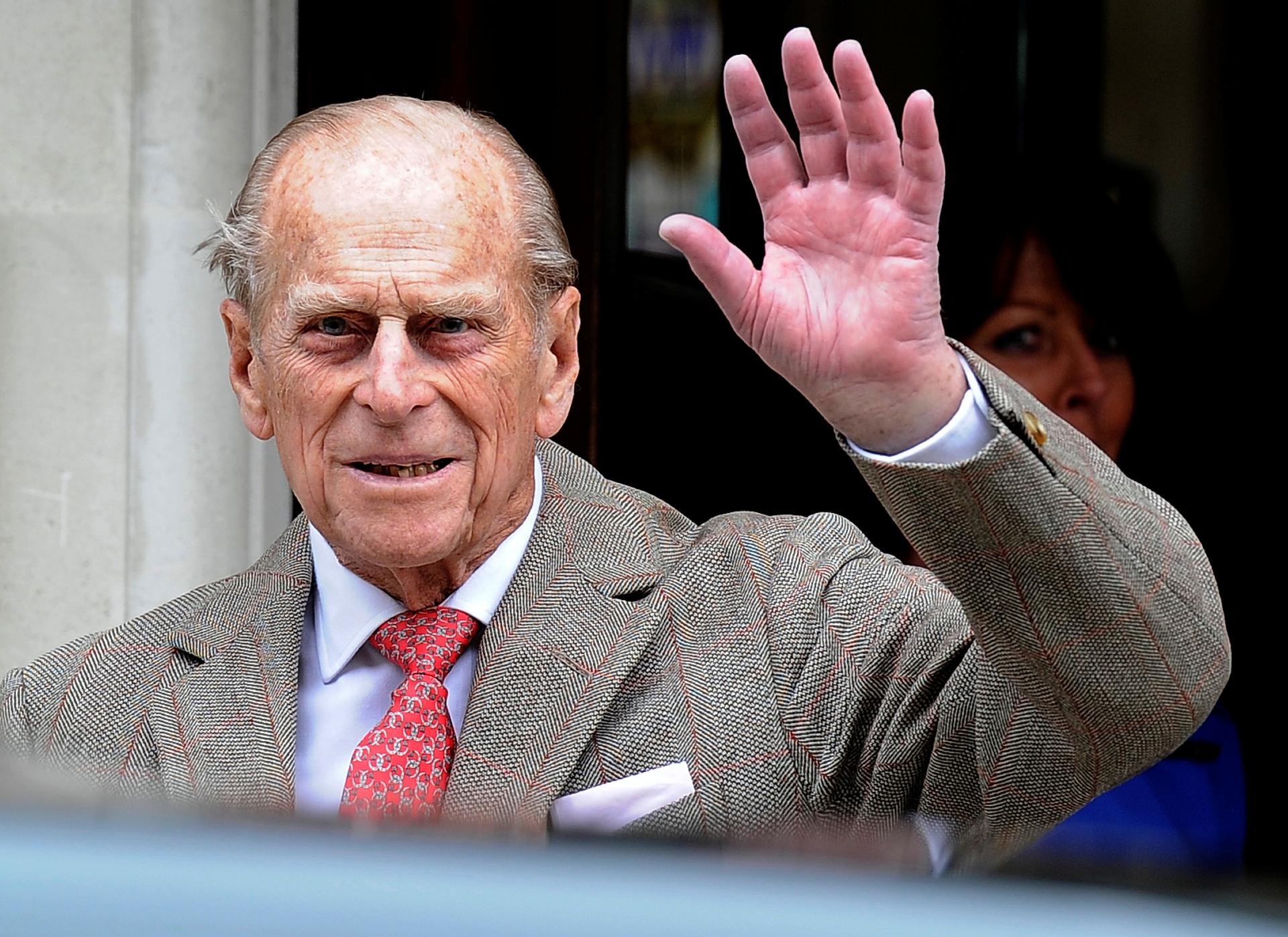 Príncipe Philip acena para jornalistas ao deixar hospital em Londres