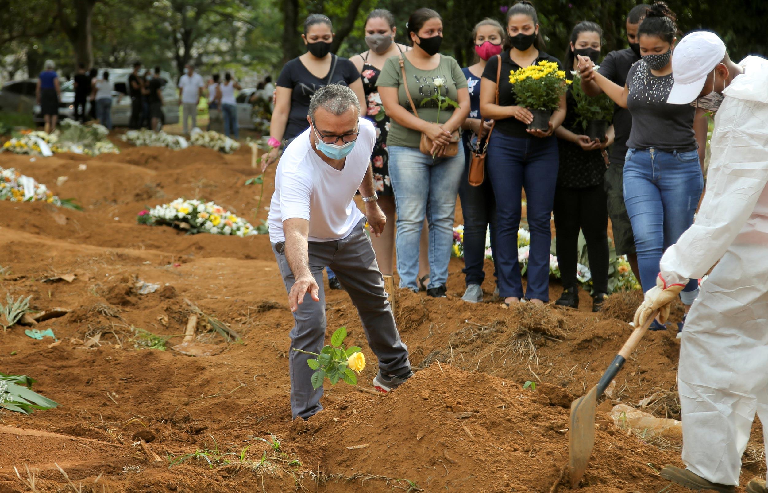 Enterro de vítima da Covid-19 no cemitério da Vila Formosa, em São Paulo