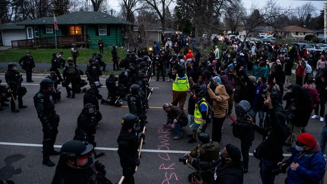 Multidão nas ruas de Minnesota após morte de homem negro