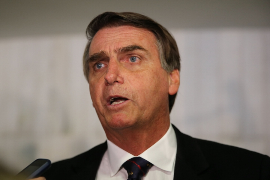 Presidente Jair Bolsonaro fala à imprensa nesta segunda-feira