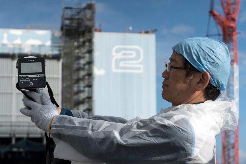 Funcionário de Fukushima mede nível de radiação nos arredores do reator 2