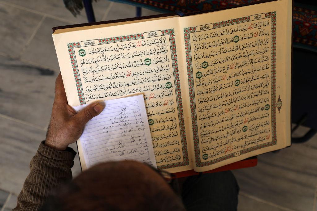Palestino lê versos do Alcorão, o livro sagrado do Islã, na mesquita de Gaza