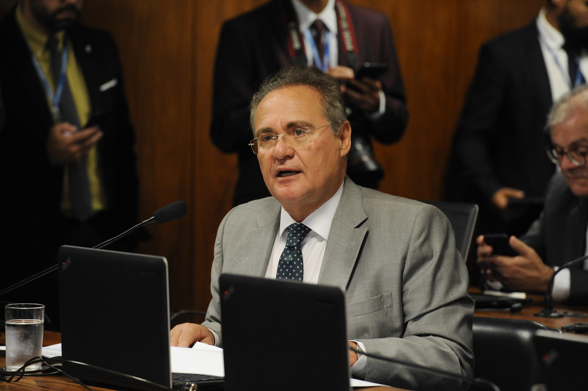 À bancada, em pronunciamento, senador Renan Calheiros (MDB-AL).