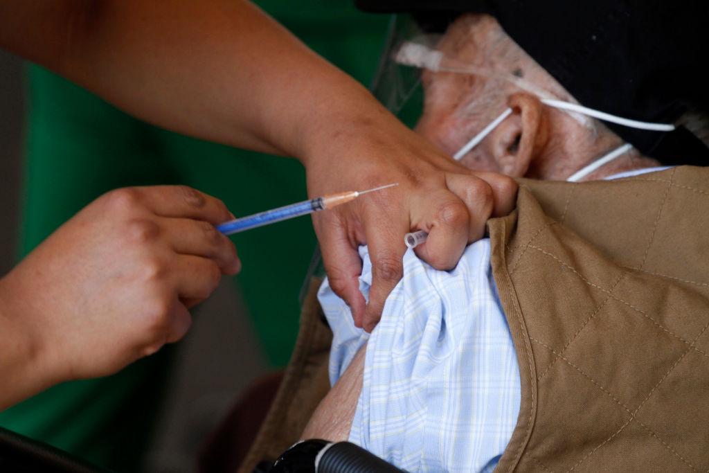 Idoso recebe vacina da Covid-19 no México