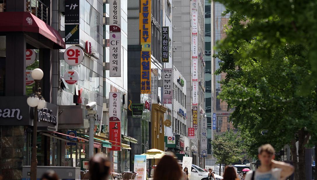 ropagandas de cirurgias plásticas penduradas em edifícios na área Sinsa-dong