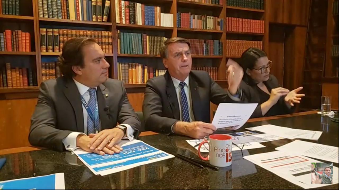 Presidente Jair Bolsonaro, durante live dia 15.abr.2021