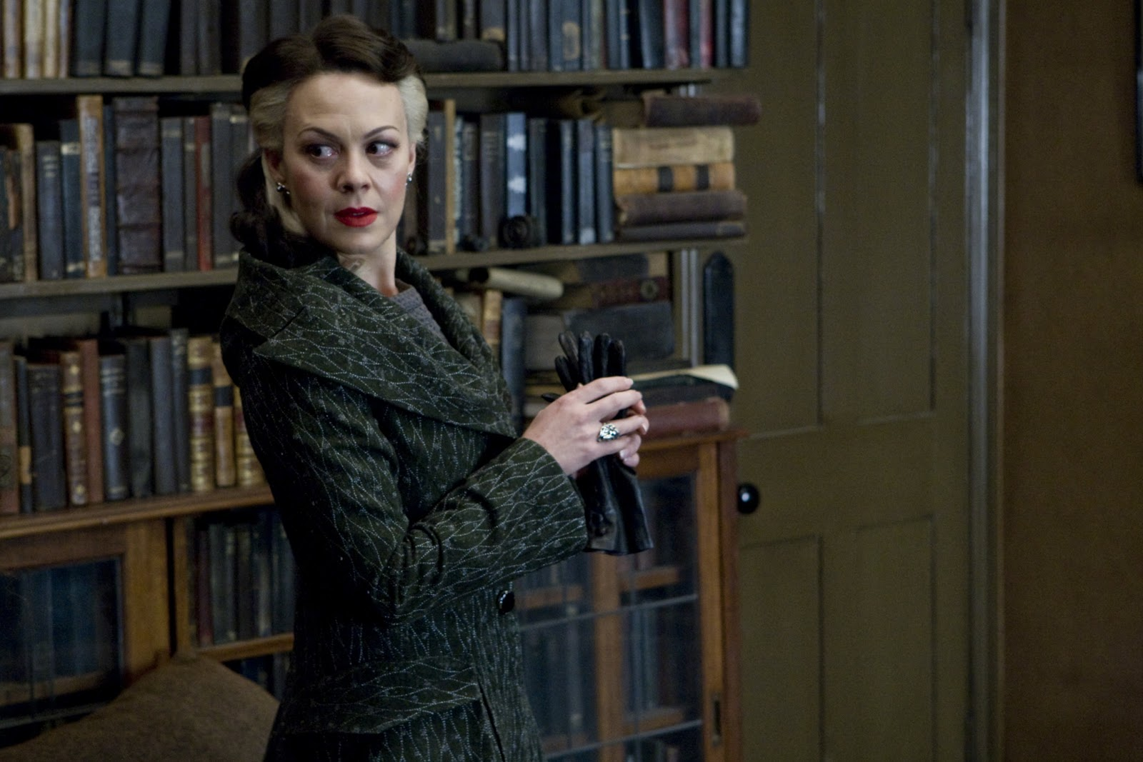 "Helen McCrory como Narcisa Malfoy, na franquia de filmes ""Harry Potter"""