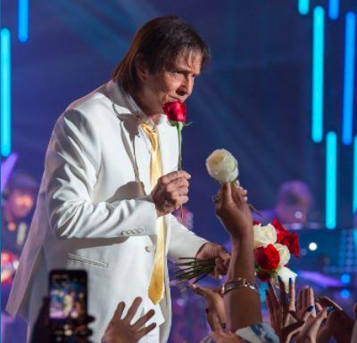 Roberto Carlos joga flores ao público em show na Opera Arena di Verona, em Veron