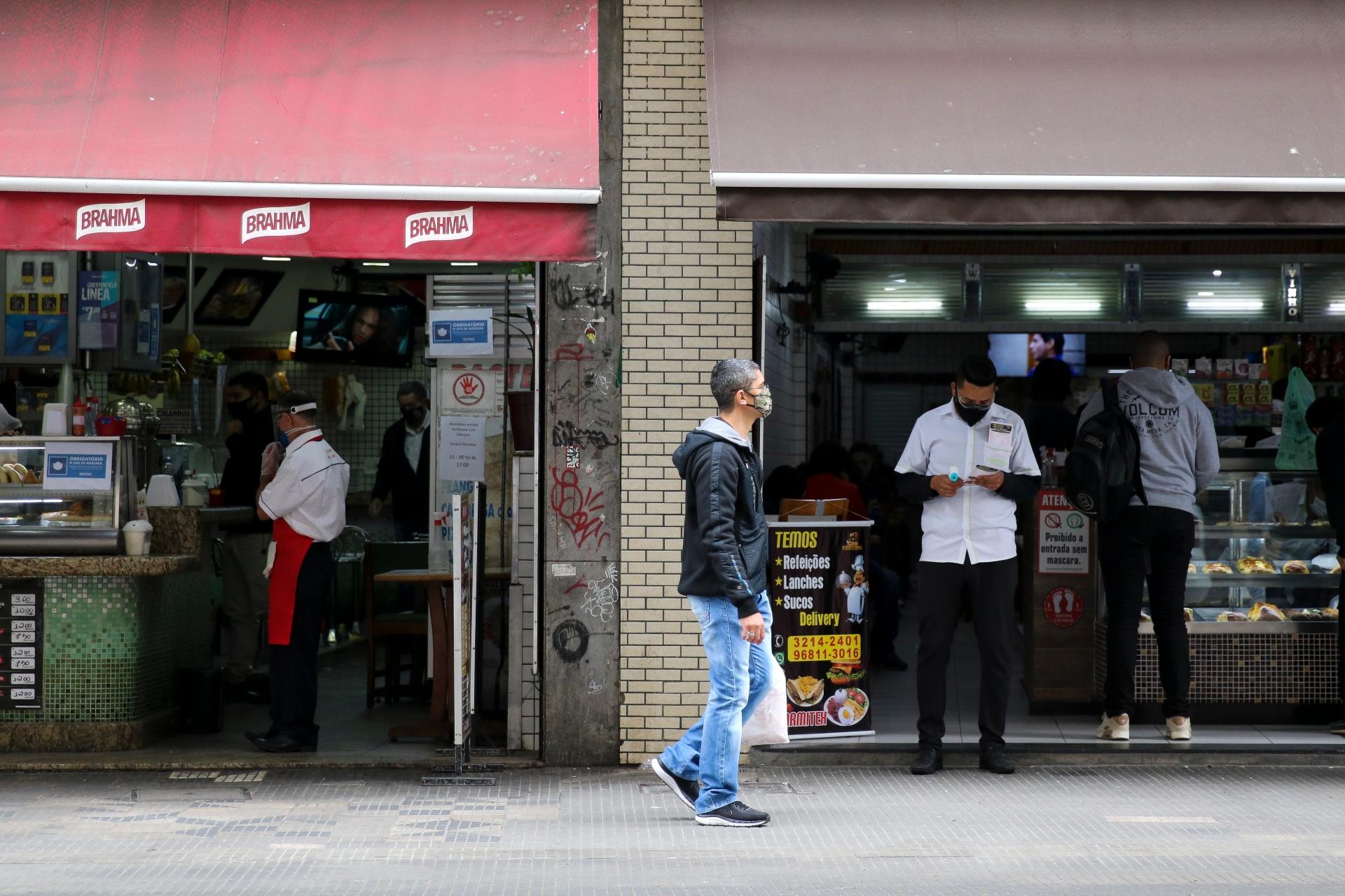 Restaurantes em SP poderão retomar atendimento presencial, com restrições, no di