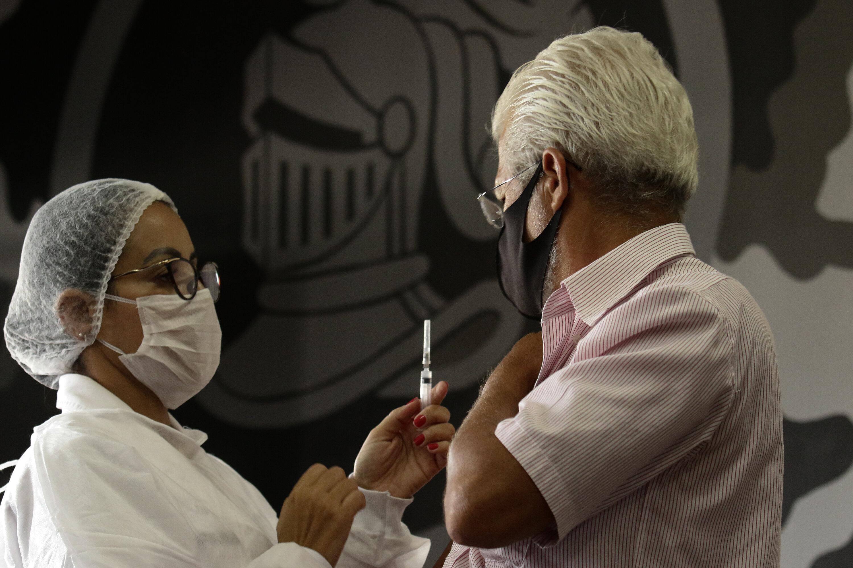 Aplicação de dose da vacina contra a Covid-19 no RJ