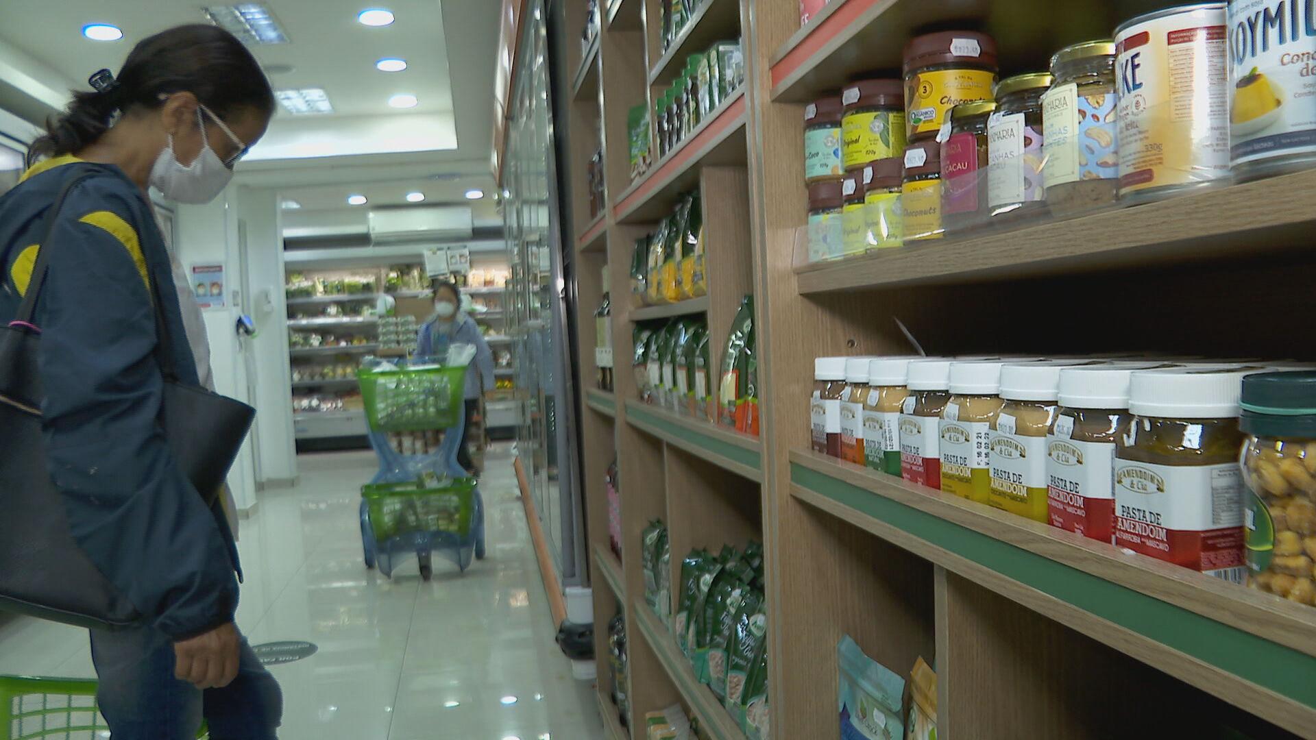Consumidora em gôndola de supermercado (18 de abril)