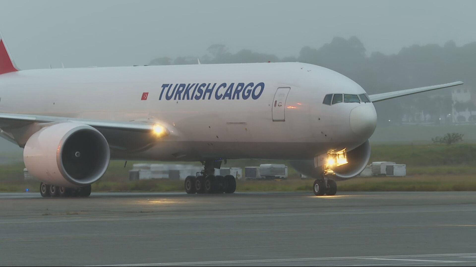 Avião com 3 mil litros de insumos para fabricação de vacinas pousou nesta manhã
