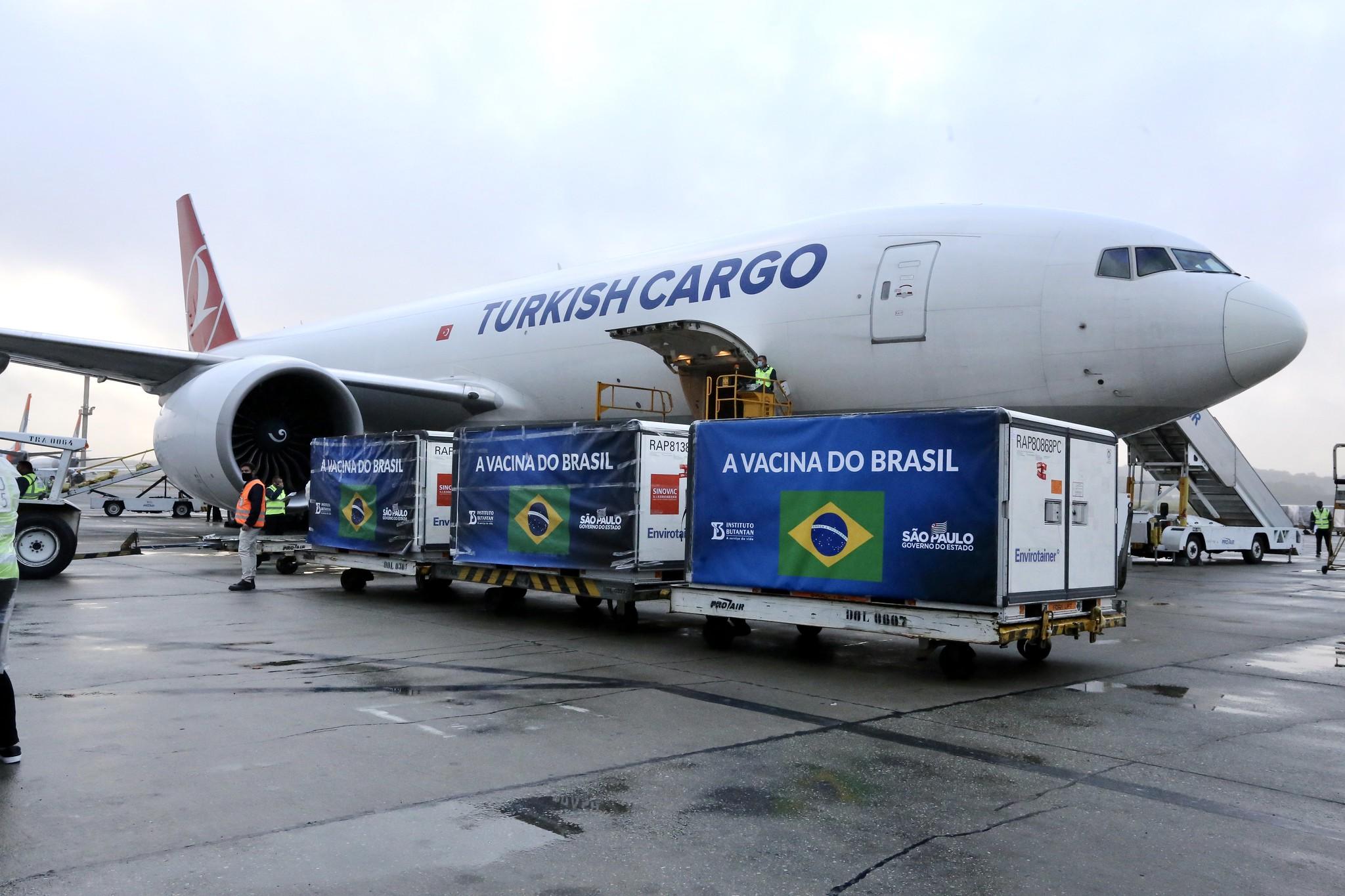 IFA da Coronavac é desembarcado no aeroporto de Guarulhos, em SP