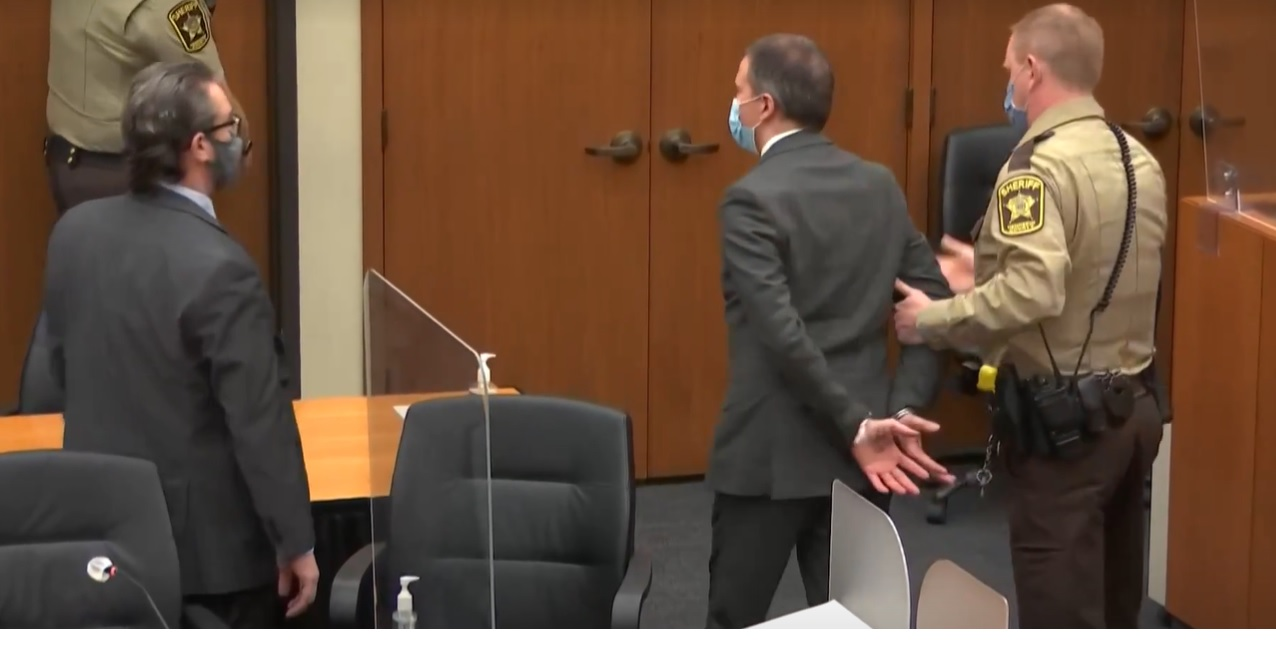Momento em que Derek Chauvin é levado sob custódia pela polícia