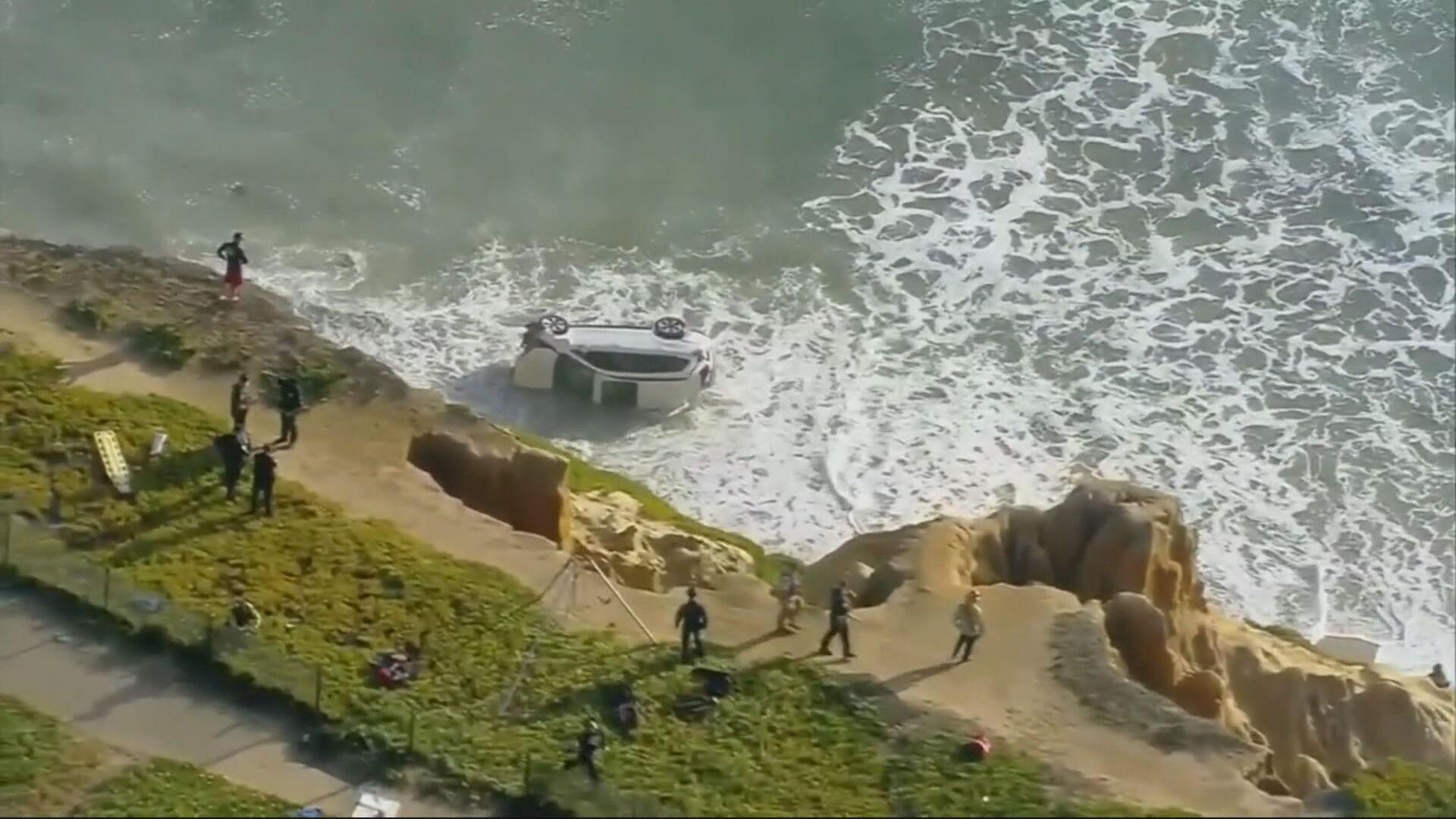 Carro cai de penhasco após acidente na praia de Carlsbad, perto da cidade da San