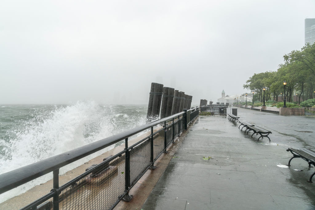 Água do mar inunda área em Manhattan, na cidade de Nova York