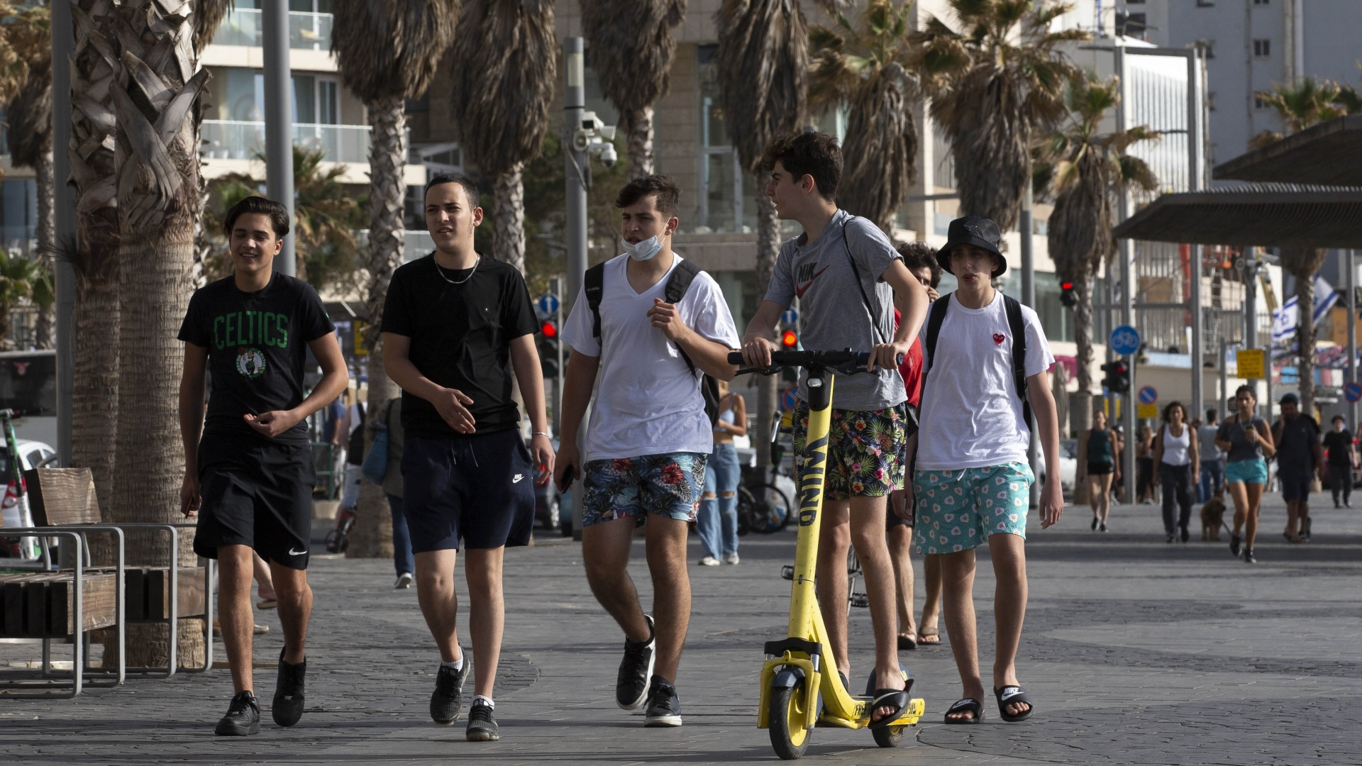 Jovens caminham em Tel Aviv, em Israel; país já vive período pós-pandemia
