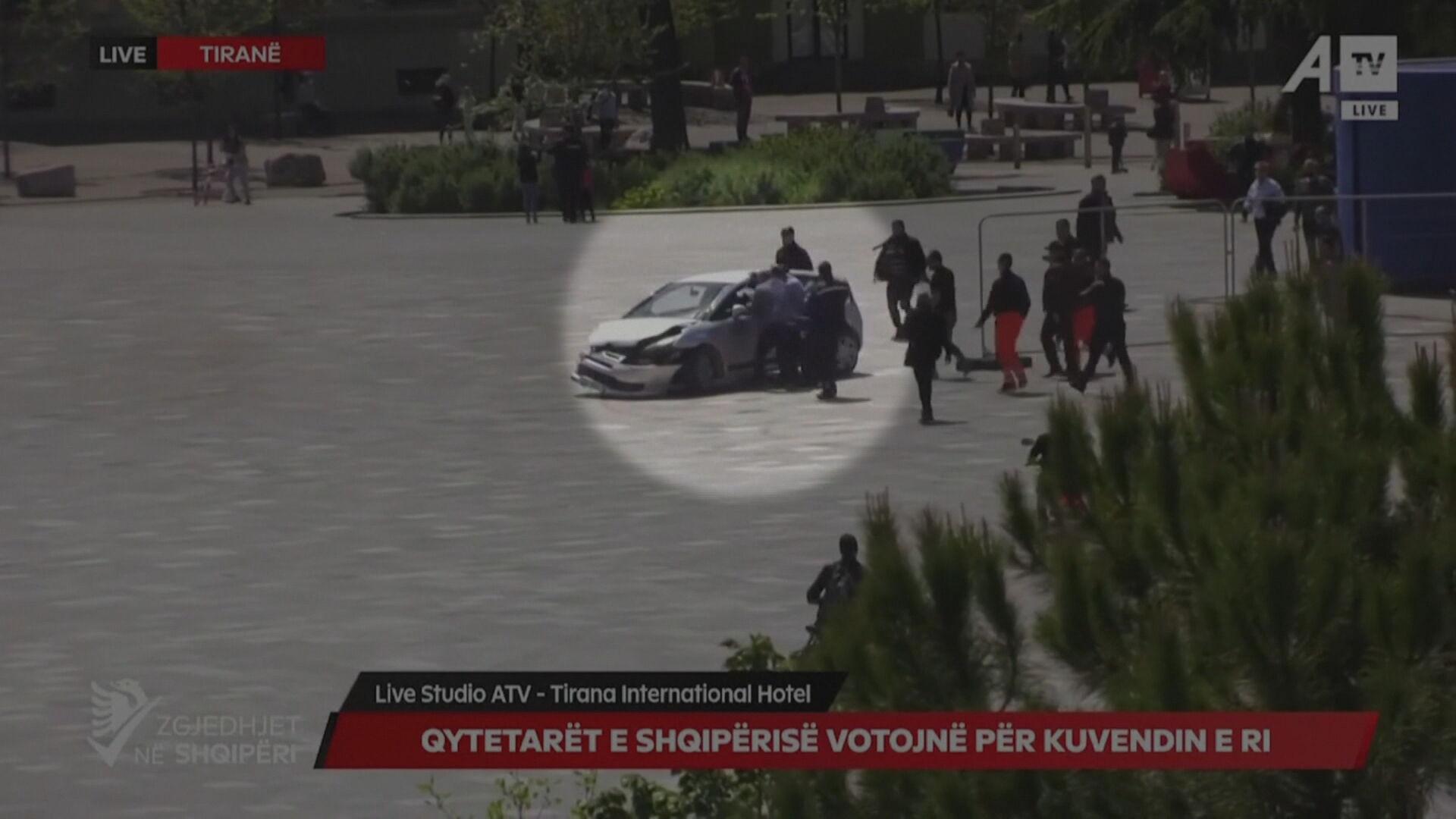Motorista dirigia de forma perigosa em uma praça na capital da Albânia