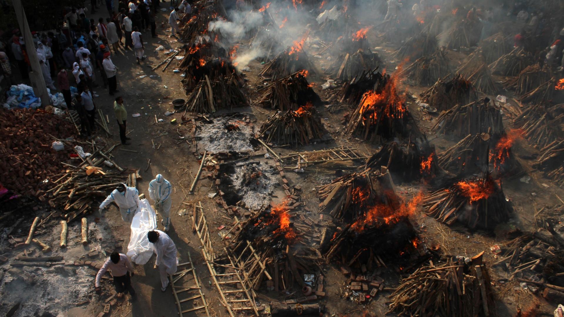 Vítimas de Covid-19 são cremadas na Índia