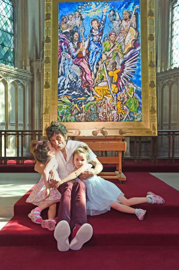 Ronnie Woods e suas filhas gêmeas de quatro anos