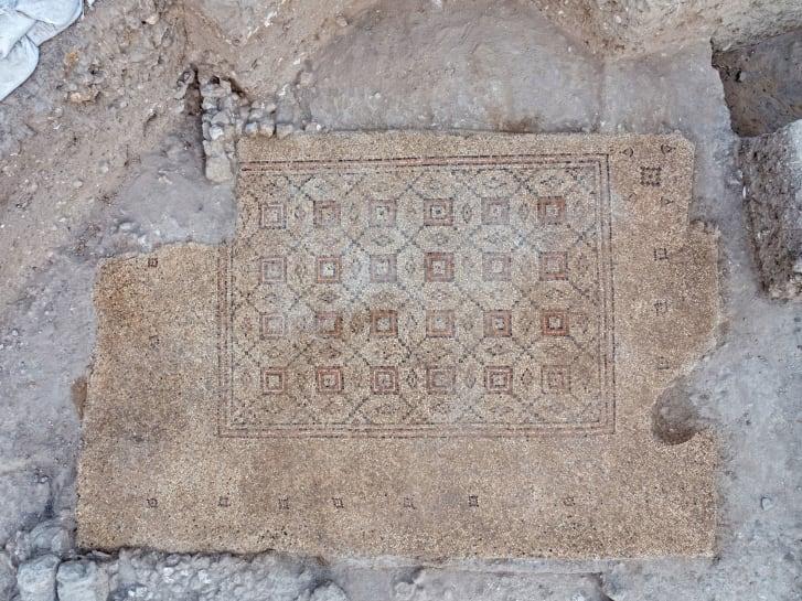 O mosaico será exibido em uma praça em Yavne.