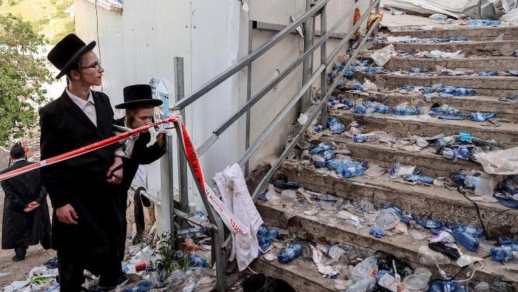 Judeus ultraortodoxos ao lado das escadas no Monte Meron, onde um festival relig