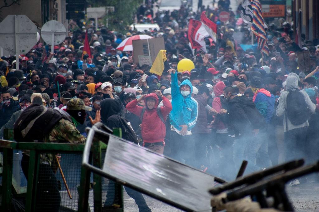 Confronto entre manifestantes e a polícia em Bogotá