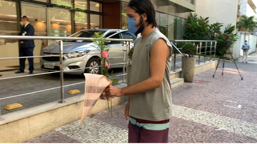 Morte de Paulo Gustavo: Fã deixa flores na porta do hospital