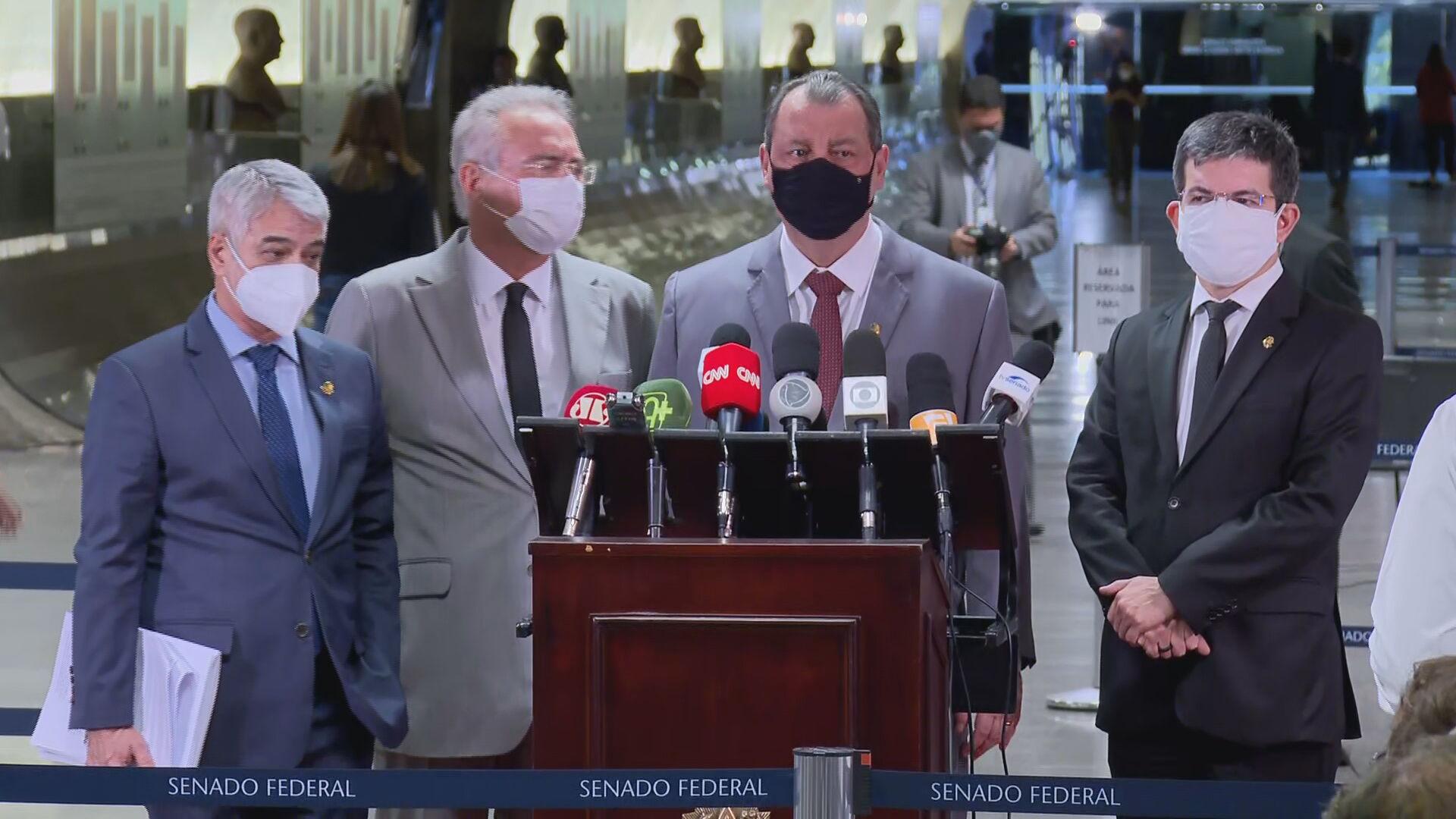 O presidente da CPI da Covid Omar Aziz (PSD-AM) e senadores em coletiva