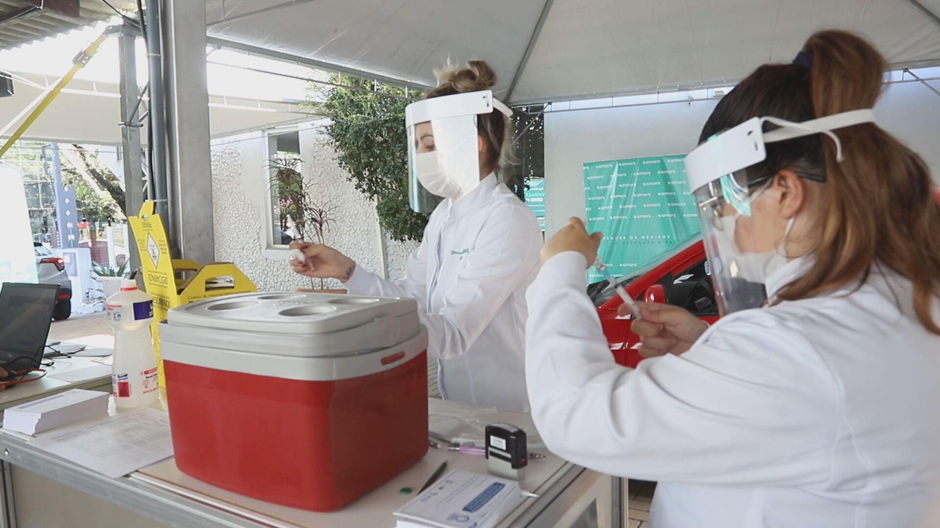 Vacina da Pfizer começa a ser aplicada em Porto Alegre