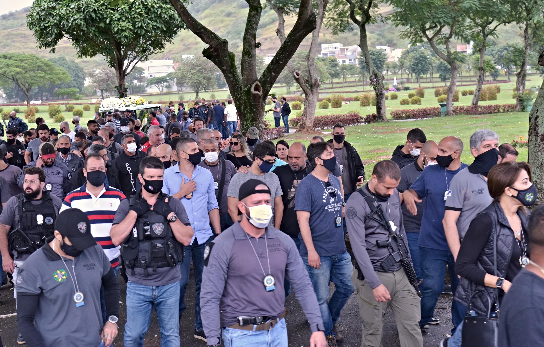 Enterro do policial civil André Farias, de 45 anos, reuniu centenas de pessoas