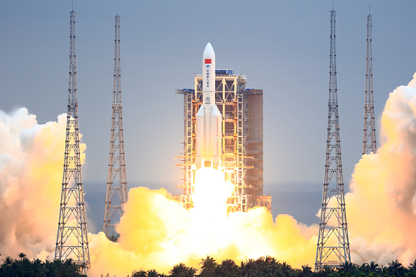 Foguete Long March-5B Y2 sendo lançado de estação espacial da China, em 29 de ab