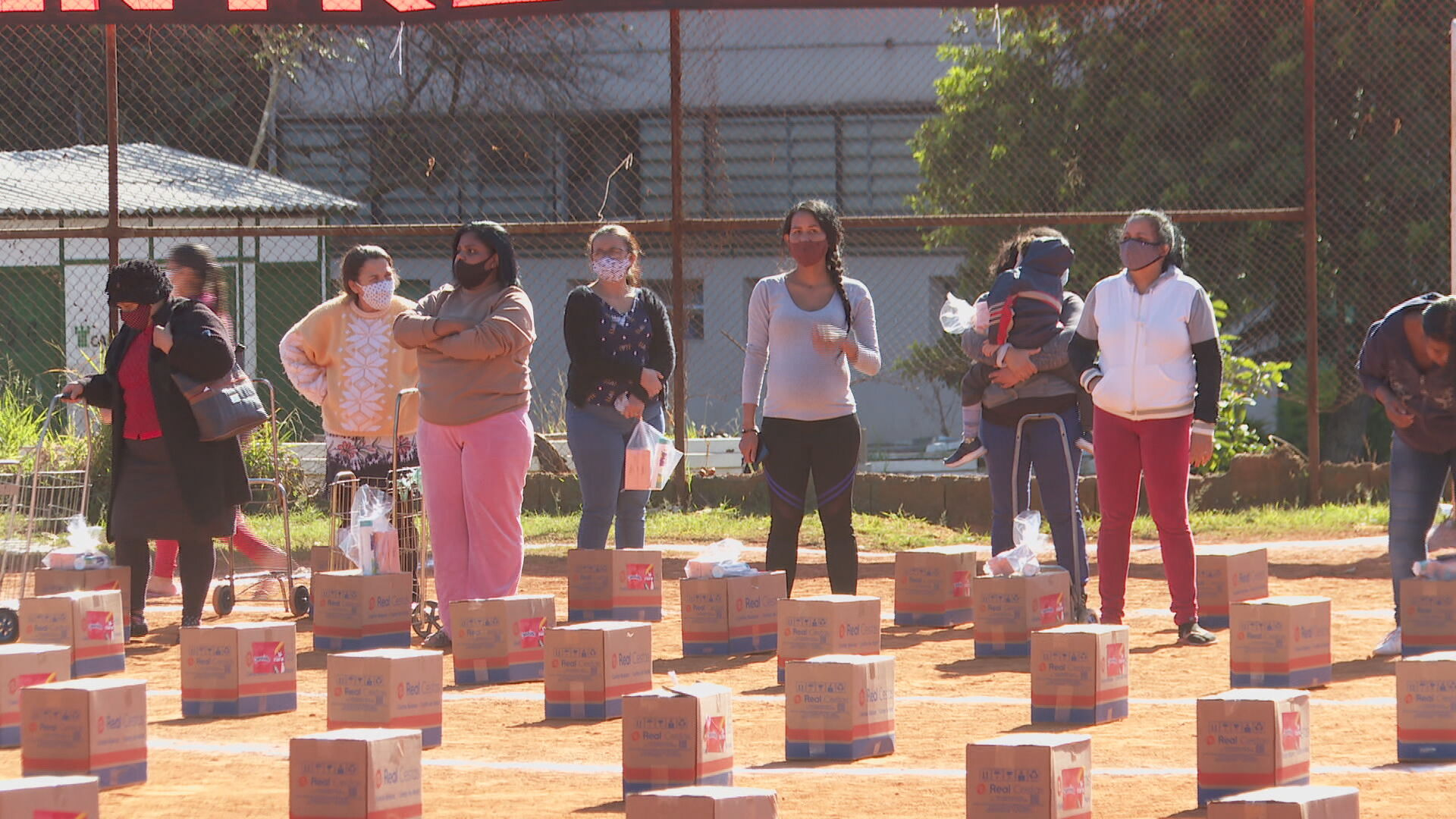 Mães de mais de 5 mil comunidades recebem cestas básicas e kits de beleza
