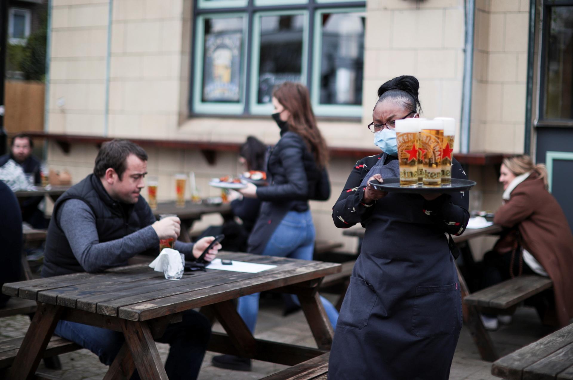 Flexibilização na Inglaterra permitirá volta de bares e pubs em locais fechados