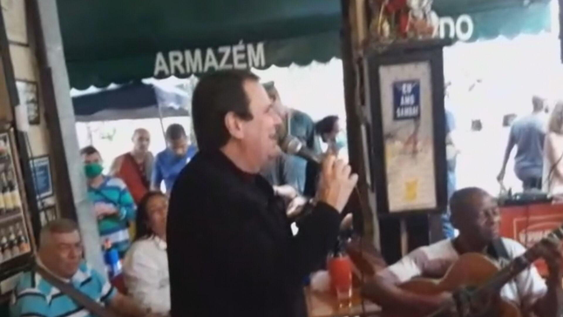 Eduardo Paes pede desculpas por cantar sem máscara em bar
