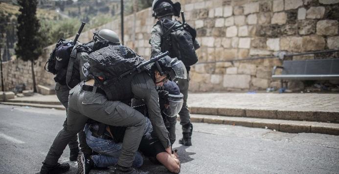 Forças de segurança israelenses prendem um manifestante palestino